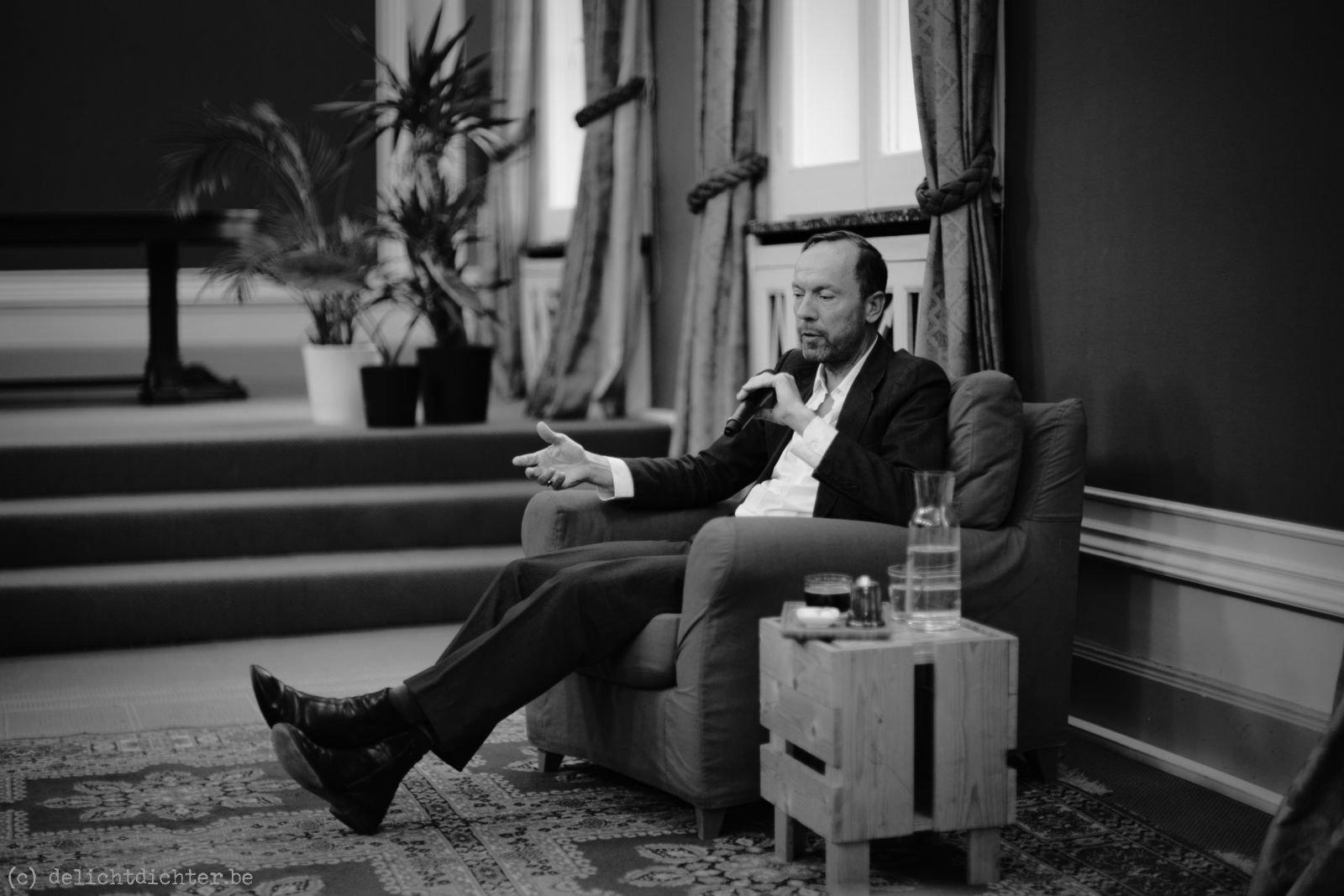 Lezing door Oscar van den Boogaard over zijn boek Kindsoldaat in Boekenhuis Theoria te Kortrijk.