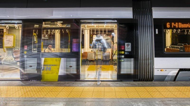Metro-station 'Astrid', vlakbij het Antwerpen-Centraal, waar het normaal wringen is om uit/in een tram te raken...