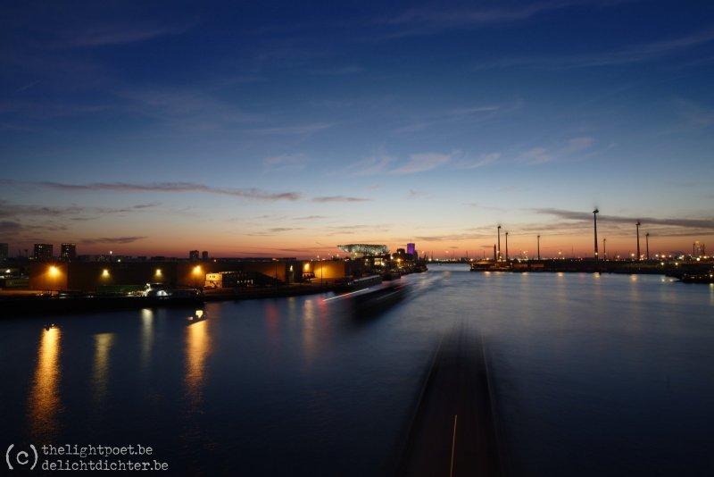 Het Albertkanaal, waar er nog druk gevaren wordt. De logistieke keten mag niet stilvallen!