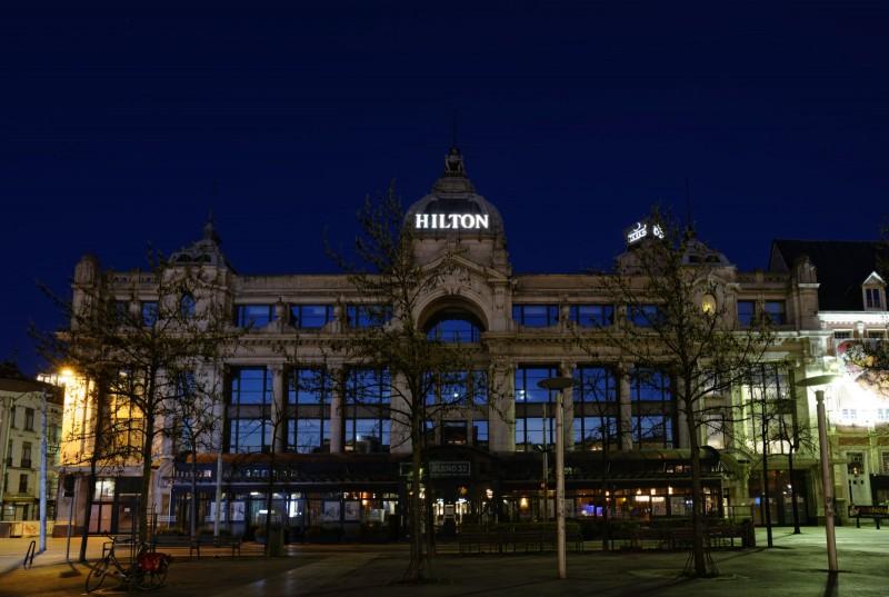 Ook in het Hilton-hotel is er weinig licht te vinden