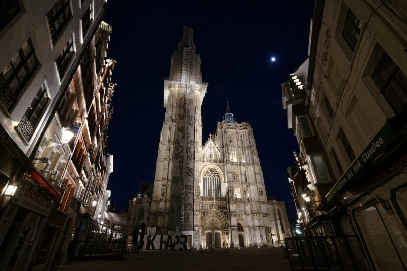 De kathedraal, met slechts enkele mensen die voorbij wandelen